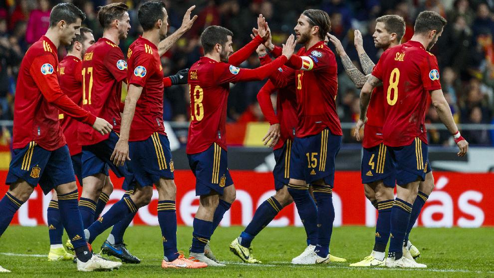Jugadores españoles celebran un gol