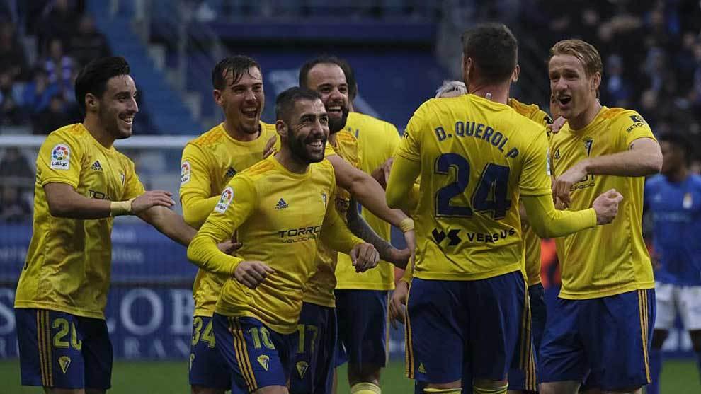 Querol celebra con sus compañeros el segundo gol en Oviedo