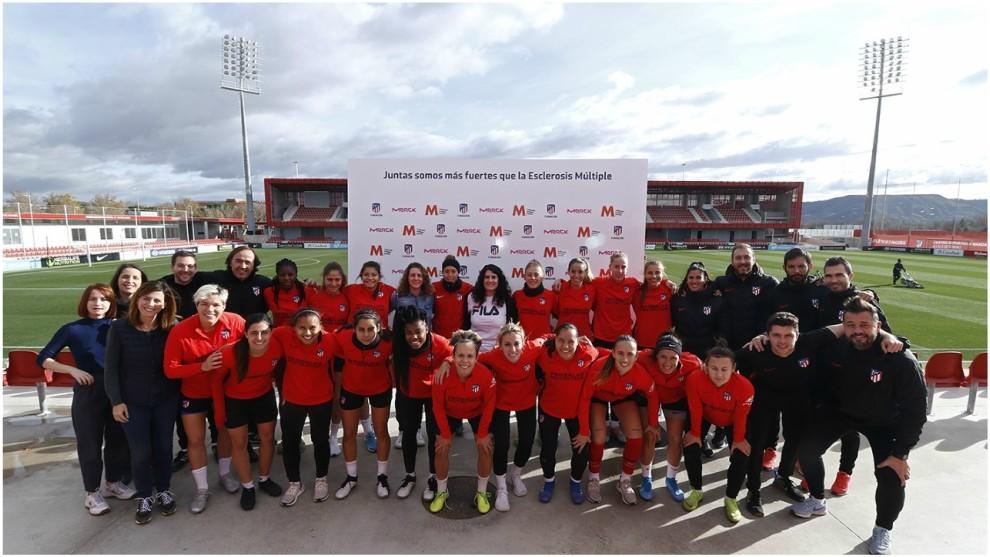 Las jugadores del Atlético Femenino posando bajo el lema en apoyo a...