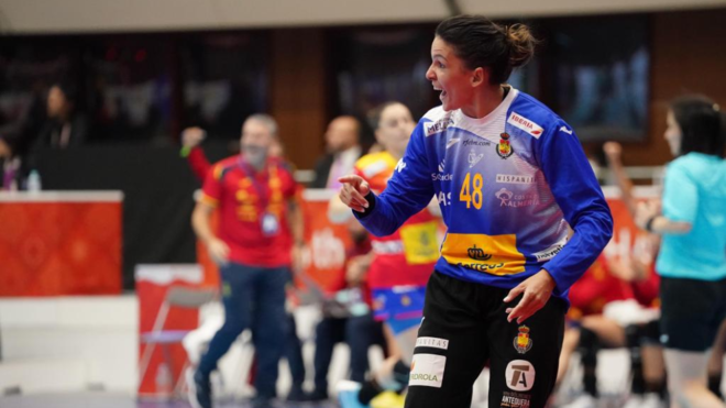 Darly Zoqby, la portera española durante el partido ante Montenegro...