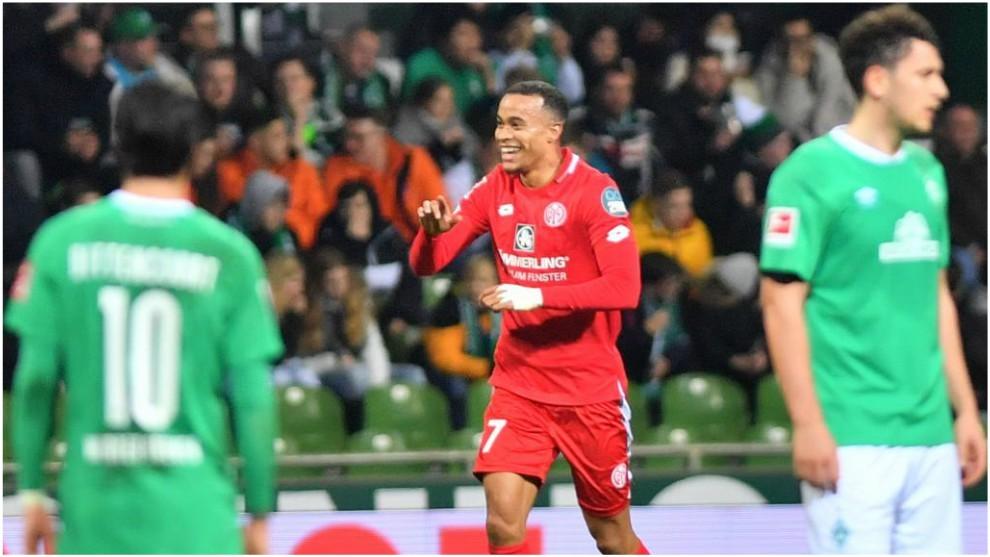 Robin Quaison celebra uno de sus goles al Werder Bremen.