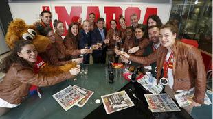 La selección española posa con el subdirector de MARCA Mario Gómez...