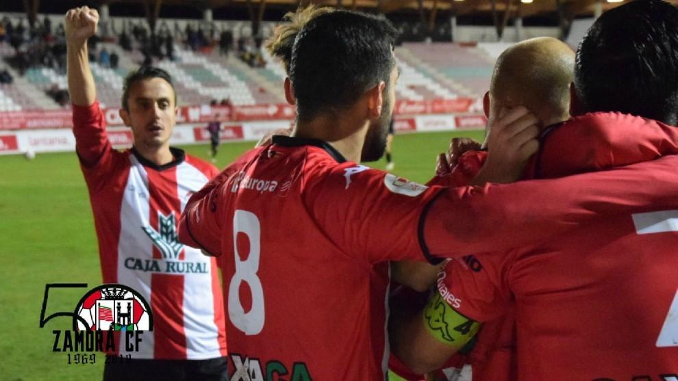 Los jugadores del Zamora celebran el triunfo
