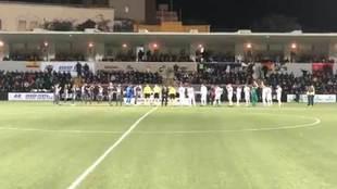Los dos equipos posan antes del partido delante de la numerosa...