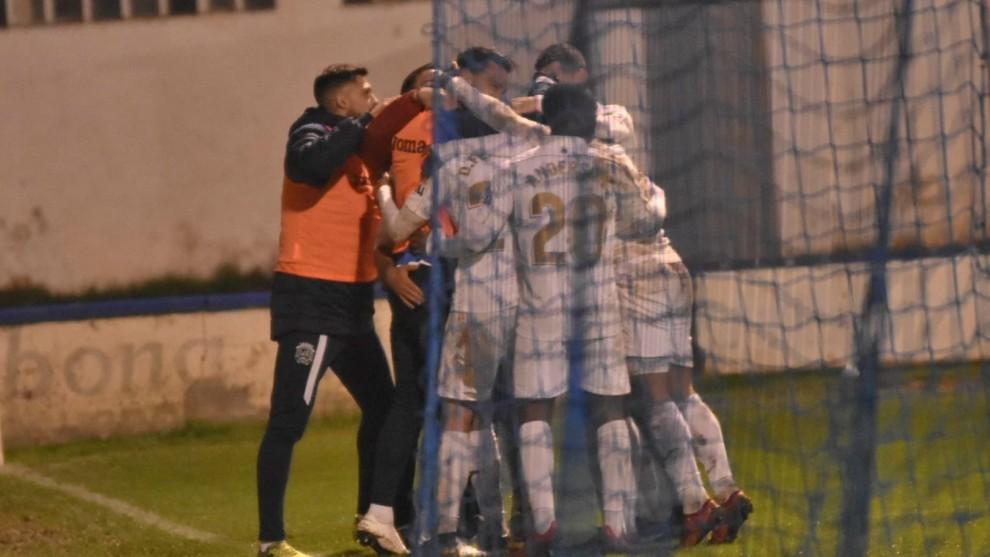 Los jugadores del Fuenlabrada celebran el gol ante el Peña Sport