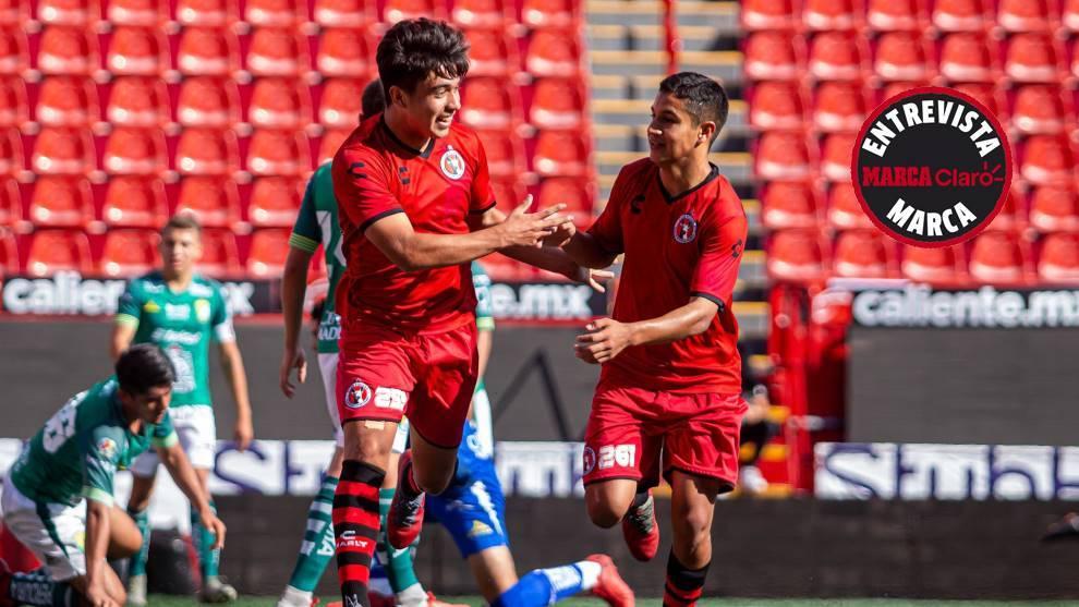 Rubén Hernández, a la izquierda, celebrando un gol con los Xolos sub...