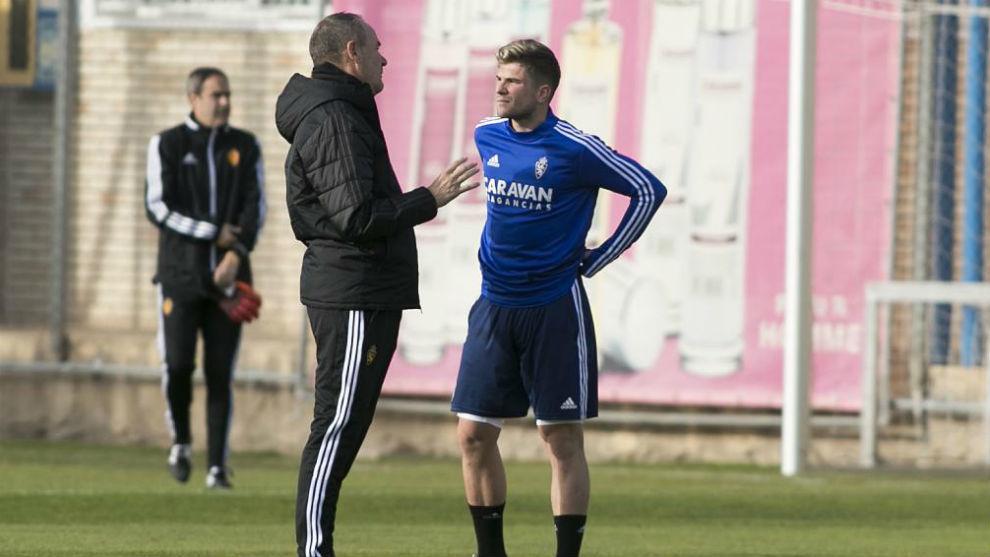 Víctor Fernández habla con Guti en un entrenamiento.