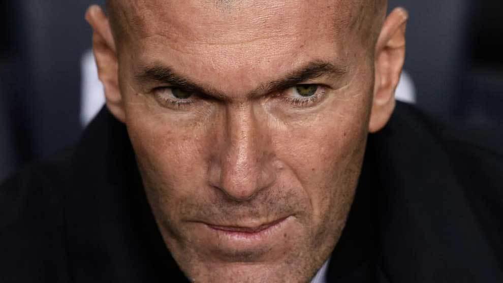 Zidane, con gesto serio en el banquillo del Camp Nou.