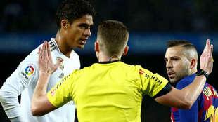 Hernández Hernández habla con Varane y Jordi Alba.