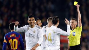 Hernandez Hernandez muestra la tarjeta amarilla a Ramos.