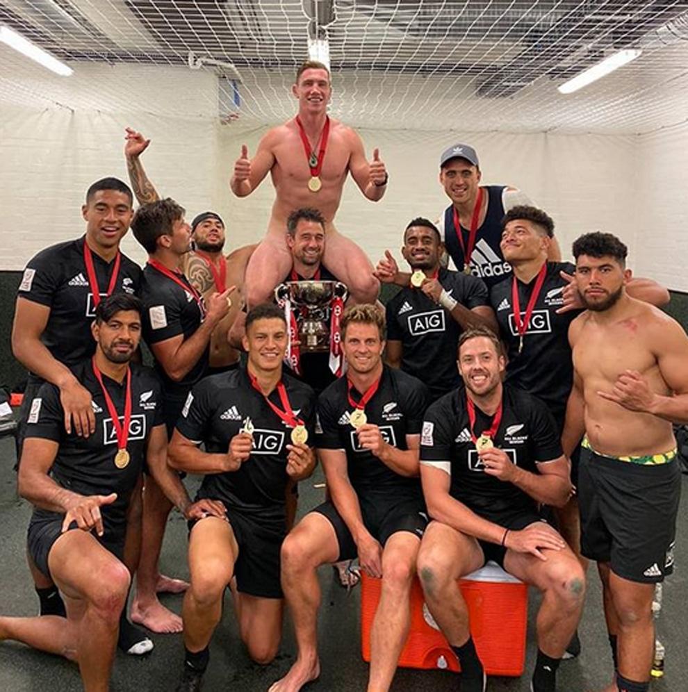 Rugby Sam Dickson desnudo sobre Kurt Baker celebrando un triunfo de la...