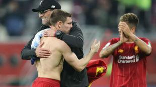 Klopp se abraza con Milner tras el triunfo en las semis.
