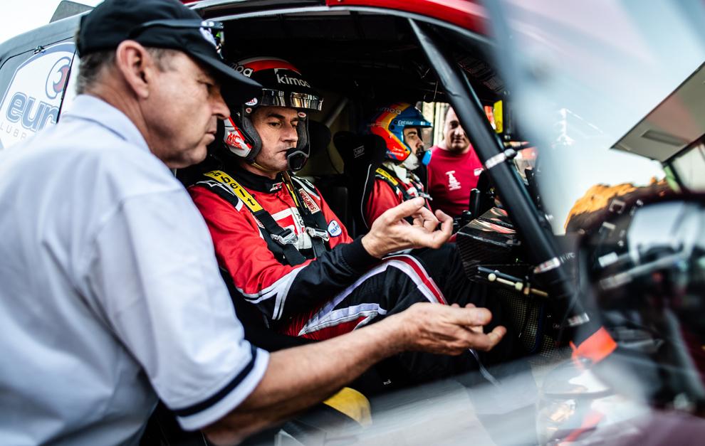Hall, junto a Marc Coma y Fernando Alonso.