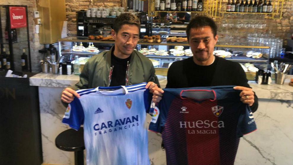 Kagawa y Okazaki posan con las camisetas de sus respectivos equipos.