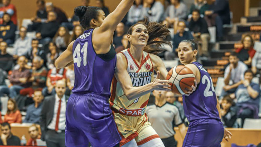 Sonia Vasic penetra a canasta ante dos jugadoras del Fenerbahce.