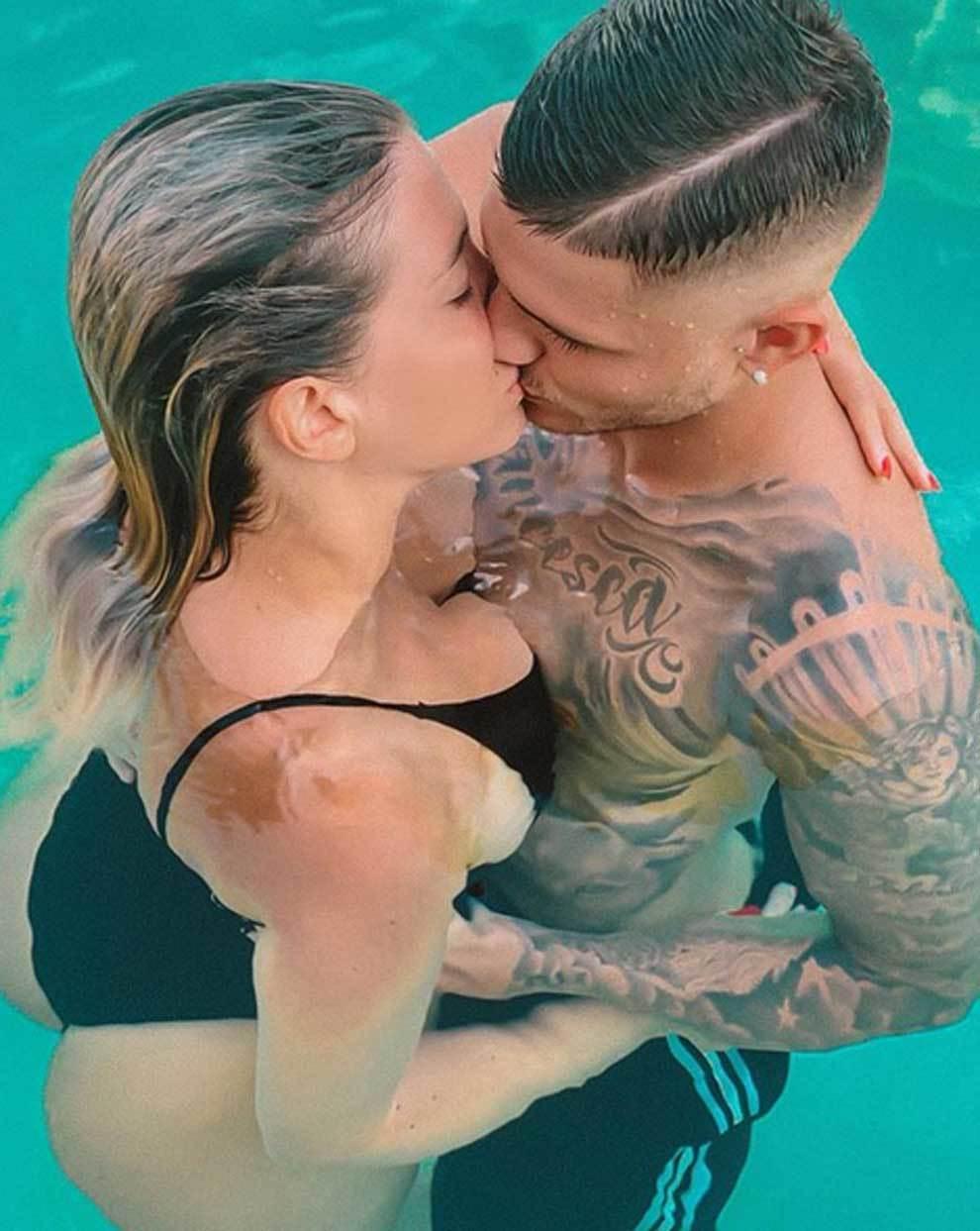 """Wanda Nara y Mauro Icardi en el el beso más húmedo del verano: """"Sin..."""
