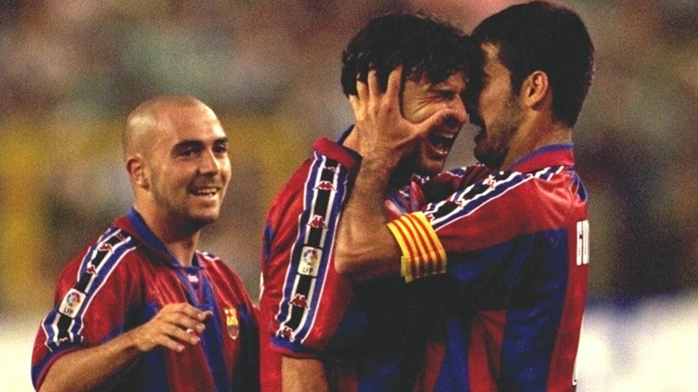 Iván de la Peña, Luis Figo y Pep Guardiola celebrando un gol con el...