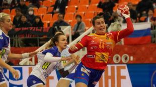 Ainhoa Hernandez lanza a puerta en el partido de España ante Rusia en...