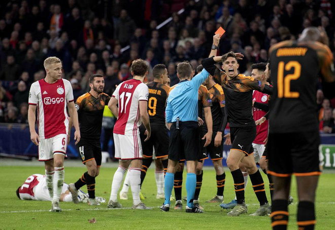 Paulista ve la tarjeta roja en Amsterdam.