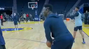 Zion Williamson en el calentamiento de los Pelicans ante los Warriors