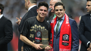 Jonathan González con el premio de la Concacaf tras conquistar la...