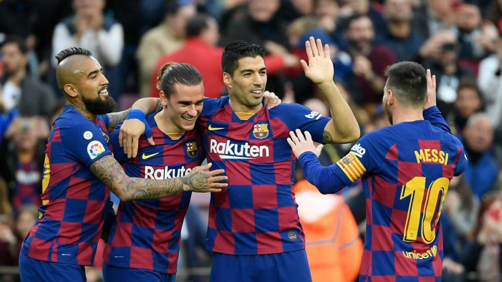 Arturo Vidal, Griezmann, Luis Suárez y Messi se felicitan tras el 1-0...