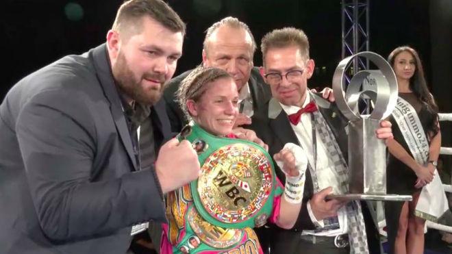 Tina Rupprecht luce el cinturón WBC tras vencer a Katy Díaz.