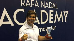 Martín de la Puente posa con el trofeo de campeón de España.