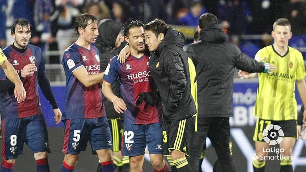 Okazaki y Kagawa, los dos japoneses del derbi, se saludan al final del...