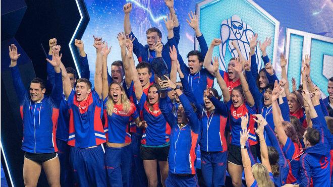El equipo Energy Standar recibe el trofeo de primer campeón de la ISL