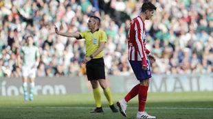 Álvaro Morata, ante el colegiado.