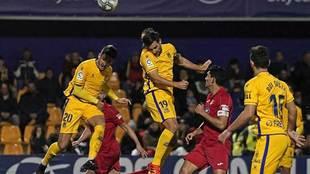 David Fernándes impone su poderío aeréo en un balón en el derbi de...