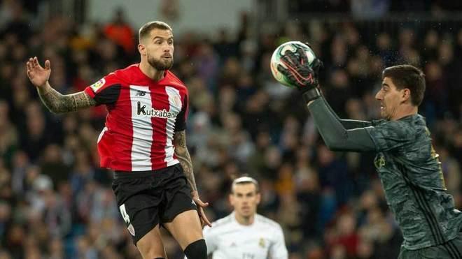 Courtois atrapa un balón ante Iñigo Martínez.