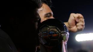 Los jugadores de Alebrijes con el título del Ascenso.