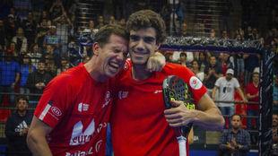 Paquito Navarro y Juan Lebrón posan tras conquistar Sao Paulo, su...