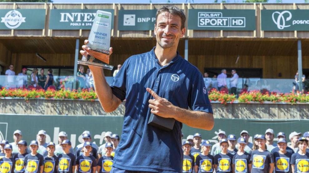 Tommy Robredo posa con el trofeo de campeón del Challenger de Sopot.