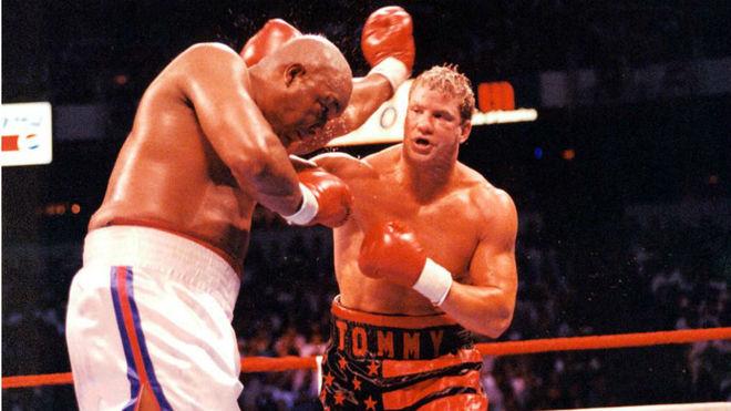 Tommy Morrison en su duelo contra Foreman por el mundial de los pesados en 1993.