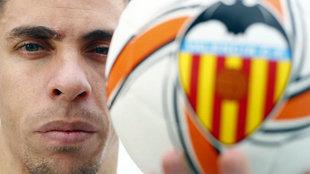 Gabriel Paulista posa con un balón del Valencia.