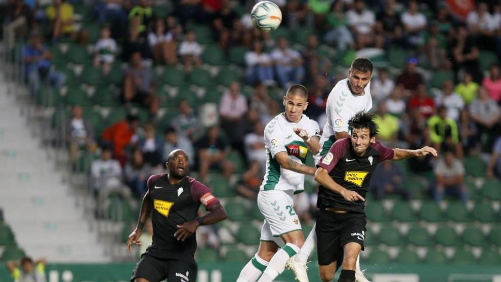 Danilo Ortiz y Quasmi pelean por cabecear un balón junto a Valiente.