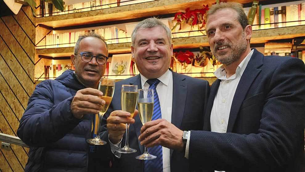 El técnico Cervera, el presidente Vizcaíno y el director deportivo...