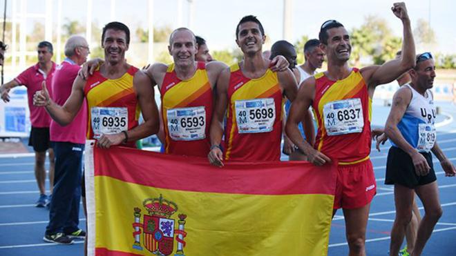 Sergio Repiso, primero por la izquierda, con el relevo con el que...
