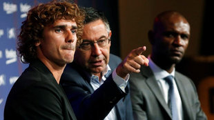 Antoine Griezmann junto a Bartomeu durante la presentación del...