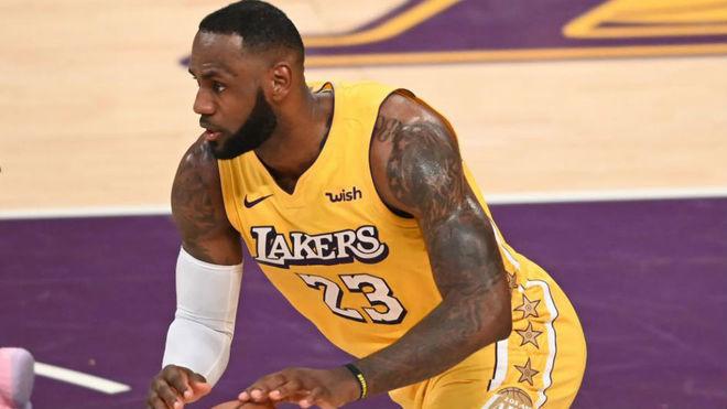 LeBron James bota el balón durante el partido contra los Clippers