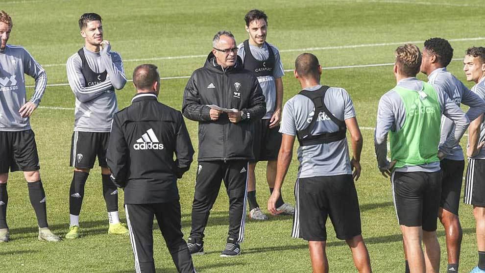 Álvaro Cervera, rodeado por sus jugadores en un entrenamiento...