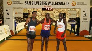 A la derecha, Mande Bushendich, tercero el pasado año, junto al...