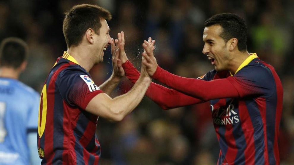 Pedro celebra un gol con Messi.