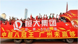 Los jugadores del Guangzhou Evergrande celebran la conquista de la...