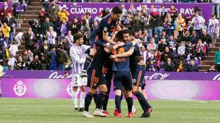 Los jugadores del Valencia celebran el acceso a la Champions League en...