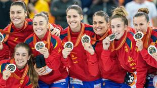Las 'Guerreras' lucen su medalla de plata mundial en el...