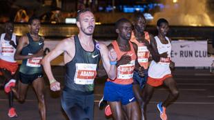 Toni Abadía en la carrera del pasado año junto al ganador final,...